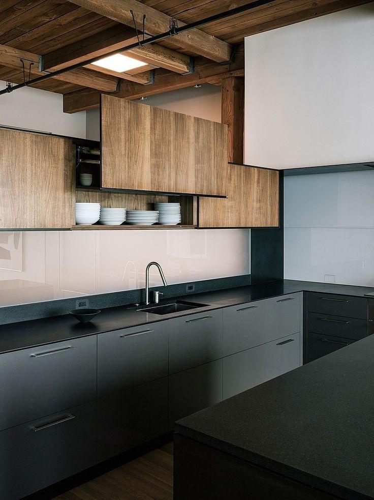reforma cocina en loft rehabilitado con muebles bajos e isla color carbón, suelo de parquet y techos de madera