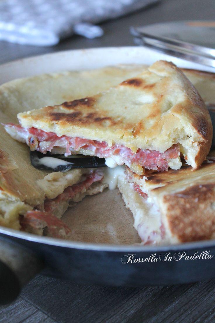 Focaccia cotta in padella con salame e formaggio