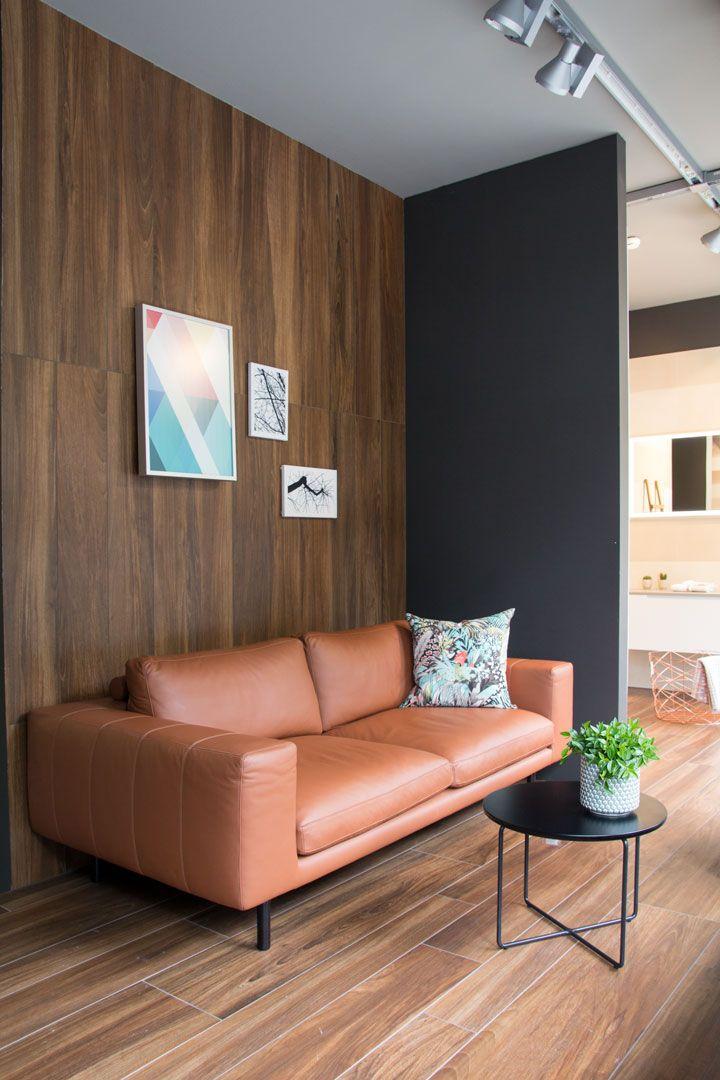 Modernes Wohnzimmer Einrichten Mit Edlem Ledersofa Und Zeitgemsser Holzwand