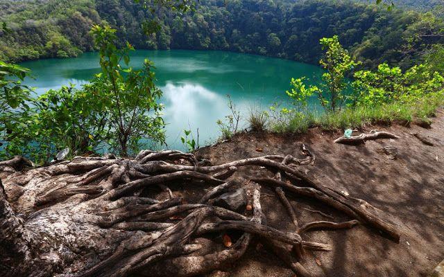 Tolire adalah danau cantik yang berlokasi di Pulau Ternate, Provinsi Maluku Utara. Lokasinya persis berada di selatan Gunung Gamalama.  #PesonaIndonesia