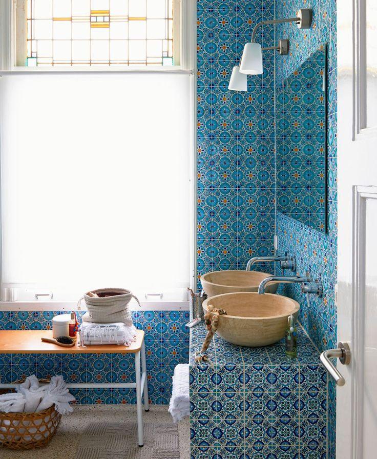 """il """"Tadelakt"""". Questo è un rivestimento murale a base di calce, brillante ed impermeabile che, per le sue caratteristiche si presta ad essere utilizzato sia per interni che per esterni. Su pavimenti, soffitti, lavandini e vasi d'acqua ha un aspetto molto simile al marmo."""