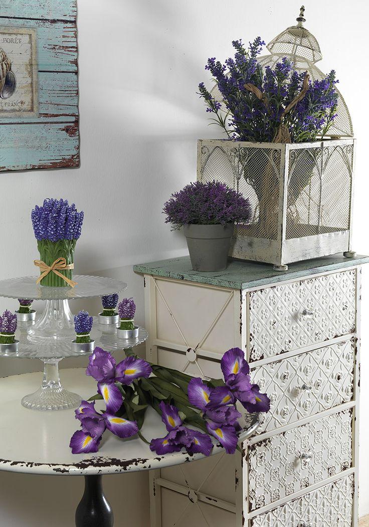 Complementi d'arredo e fiori artificiali.
