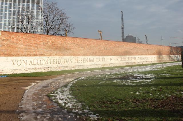 ARCHITECTUUR - Een parel is het niet maar memorabel des te meer. Het is een zin uit een gedicht van Albrecht Haushofer dat op de muur van de vroegere gevangenis van Moabit staat.
