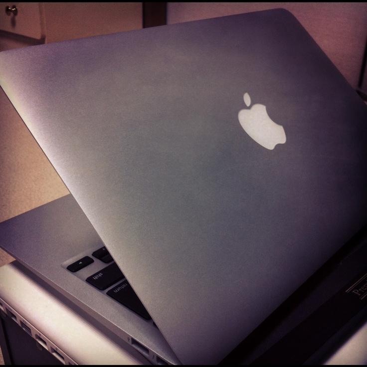 現在の私の愛用機。2012年製のMacBookAir 11インチです。かなり小ぶりでスッキリしており、持ち運びには丁度いいサイズ。カスタマイズしており、メモリを8GBに増量しております。購入を考えているなら、メモリ増設はオススメです。