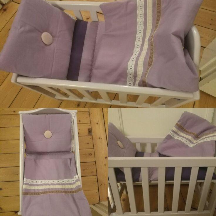 Gammel dukkeseng malet i sart lilla. Ny madras, dyne og pude i lilla nuancer.