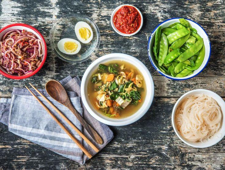 Indonesische soto met een gekookt ei, peultjes en rijstvermicelli HelloFresh