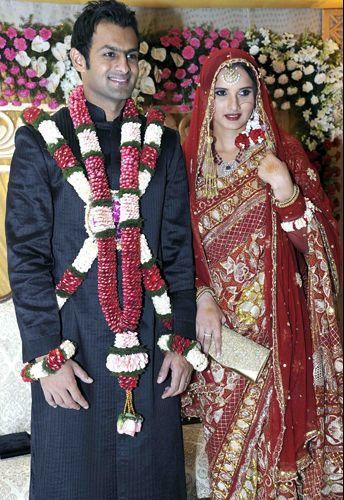 A tenista indiana Sania Mirza casou-se com o jogador de críquete paquistanês Shoiab Malik em vestido criado pelos irmãos Shantanu & Nikhil. A cerimônia aconteceu em Hyderabad, na Índia, em abril de 2010.