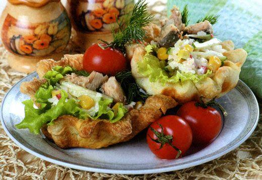 Закусочные корзиночки с рыбным салатом - рецепт.