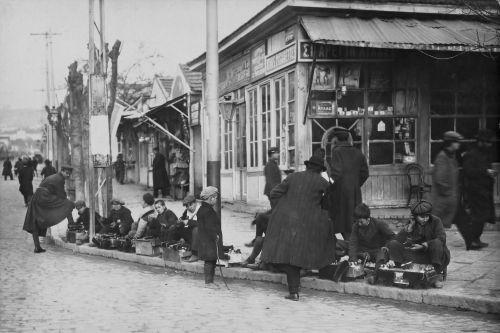 Λούστροι στο πεζοδρόμιο της οδού Εθνικής Άμυνας το 1916.