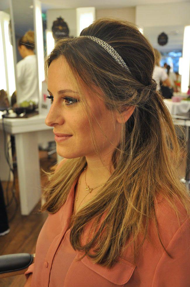 A Bruna Aliperti veio ao salão com uma ideia de penteado inspirado em um look que a atriz Mila Kunis usou em uma première. O cabelo é meio preso com as me