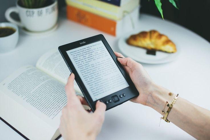 Zwolennicy tradycyjnej książki walczą z osobami lubującymi się w tych elektronicznych. Tylko czy faktycznie, to czy lektura jest w formie papierowej, czy cyfrowej ma takie wielkie znacznie? Dla wielu osób wciąż tak. Wynika to z bliskości, jaką daje tradycyjna książka. Bibliotekarze obawiają się,... http://blog.conrad24.pl/papierowe-czy-elektroniczne-jakie-ksiazki-wybrac/