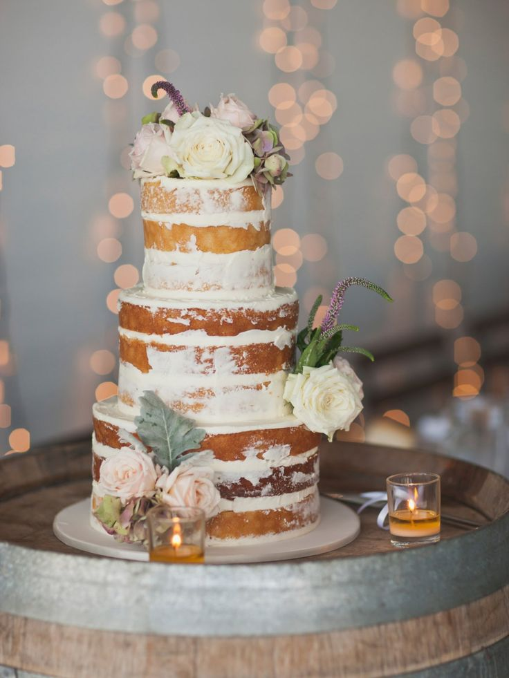Ein wunderschönes Beispiel für einen Naked Cake als Hochzeitstorte: Ausgeschmückt mit echten Blumen und bewusst nur…
