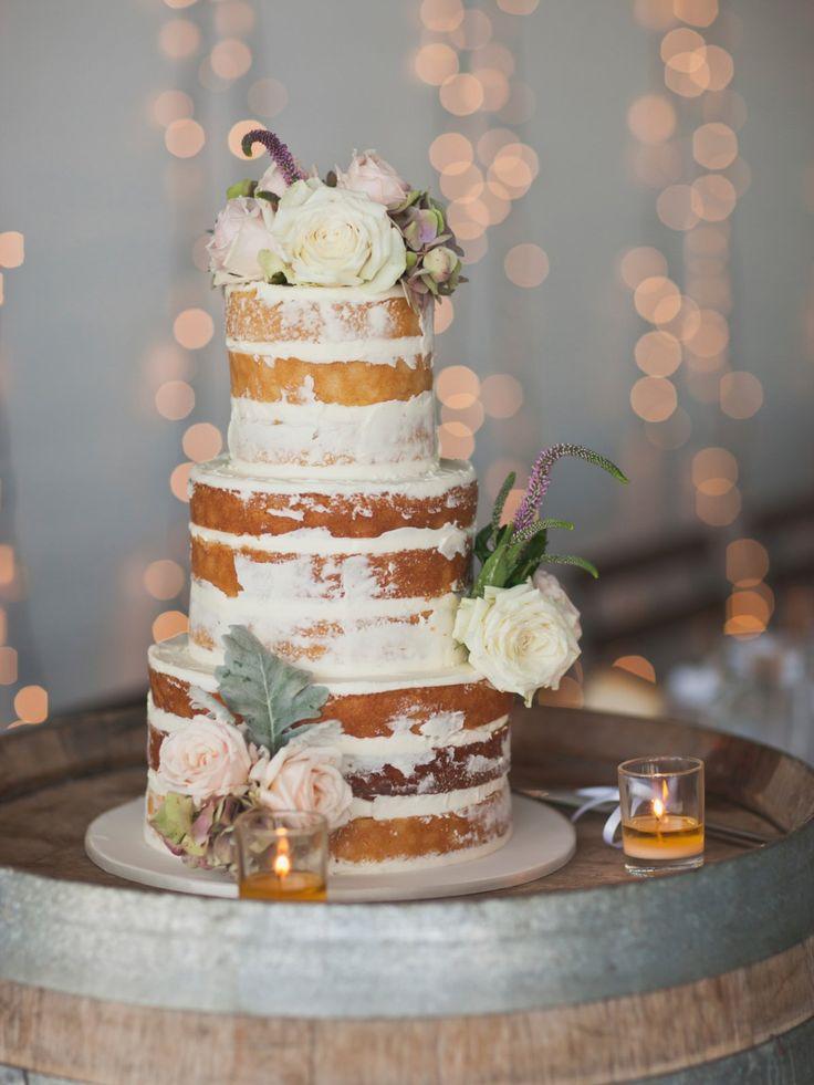 """Ein wunderschönes Beispiel für einen Naked Cake als Hochzeitstorte: Ausgeschmückt mit echten Blumen und bewusst nur halb """"verputzt"""" ist dieser Naked Cake ein echter Hingucker.             window.vn && window.vn.onInit.app.push(function(){window.vn.plugins.loadPinterest();});"""
