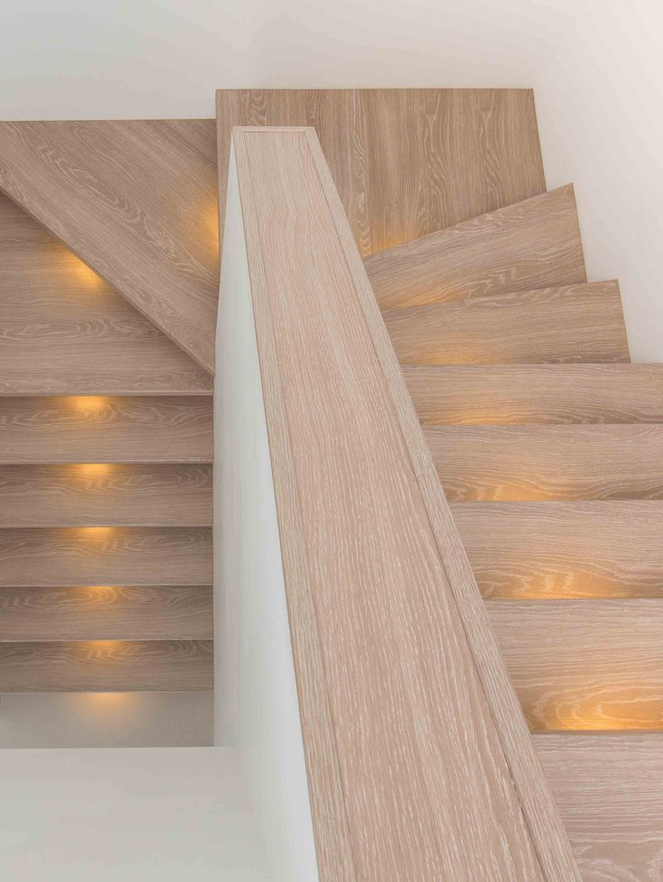 Bij deze trap is gekozen voor een moderne uitvoering in NEWstairs kleur Oak Fin.  #Trap #Oak Fin #ledverlichting