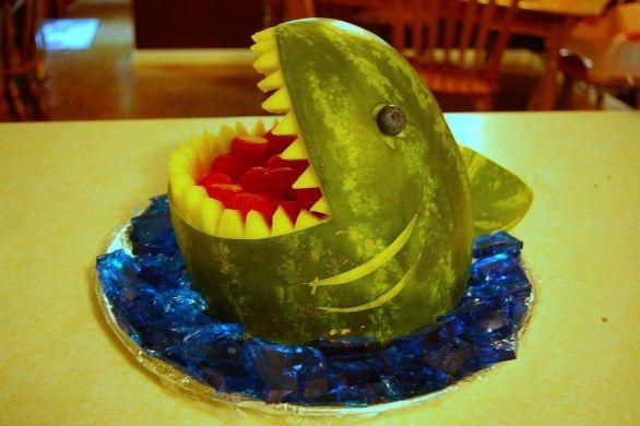 Un anguria a forma di squalo