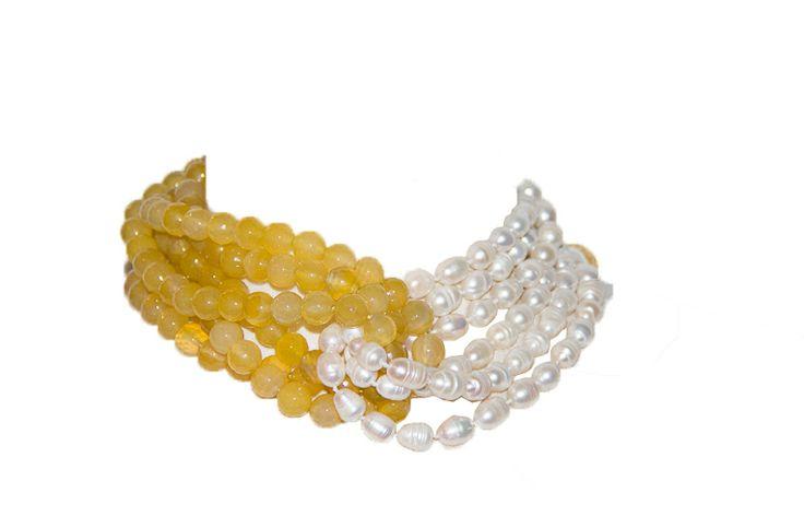 Con perlas de rio blancas y agatas amarillas