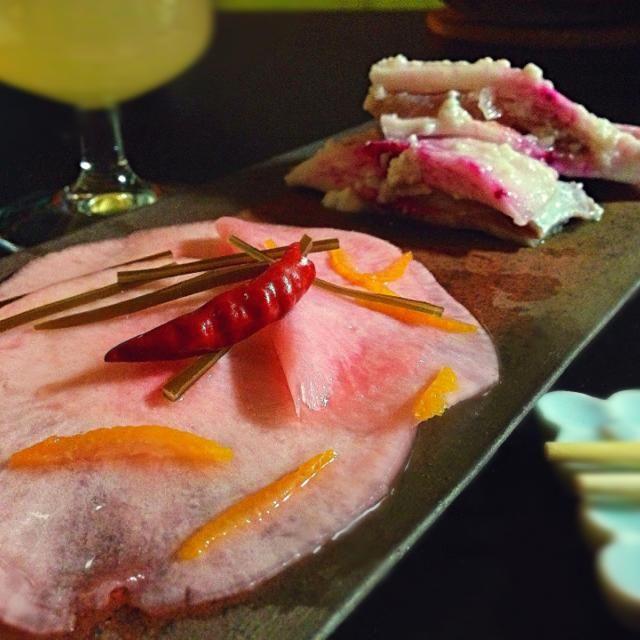 これも確か年末作りました。 赤蕪で千枚漬けと、 大大大好物な金沢のかぶら寿司 食べたくて食べたくて、とにかく食べたくて。 (かぶら寿司とは蕪にぶりなどの魚を挟み麹で漬けた北陸金沢のお正月に欠かせない一品です。) 赤蕪のかぶら寿司は見たことないんだけど作ったらきれいだろうなと思い作りました。✨✨ - 241件のもぐもぐ - 赤蕪。千枚漬けとかぶら寿司 by romie