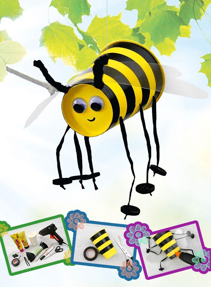 Wer summt den hier herum? Diese kleine Biene sticht mit ihren Wackelaugen und süßen Beinchen ganz besonders ins Auge. Die Schritt-für-Schritt-Anleitung finden Sie auf allesschule.at
