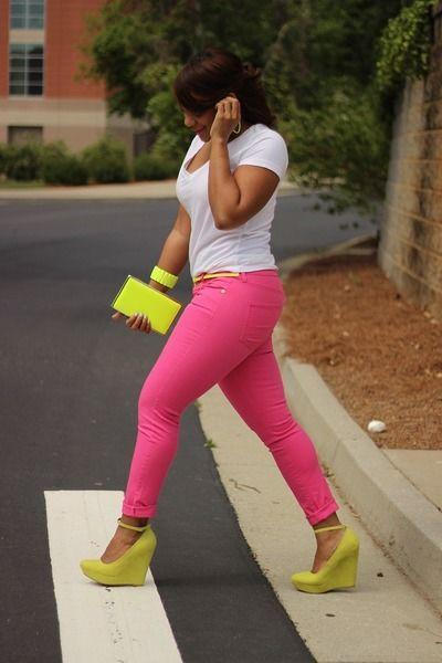 roze broek + geel groene schoenen, tas, armband  blackandkillingit.com