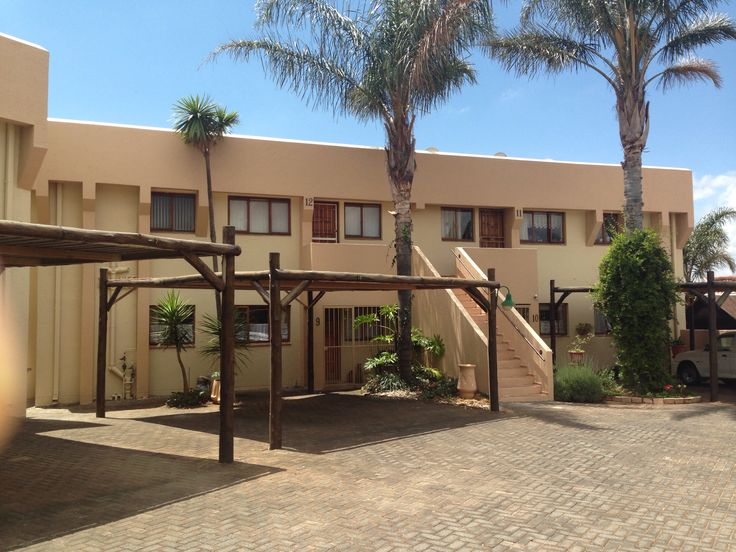 Lovely ground floor 2 bedroom unit in complex with communal pool for R 580 000