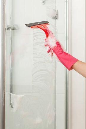 Reinigen, abspülen, abziehen. Schon glänzt die Duschkabine strahlend schön. #Duschkabine #Duschtür #Glas #Kunststoff #Dusche #putzen #calmwaters #Shower #cleaning #hacks