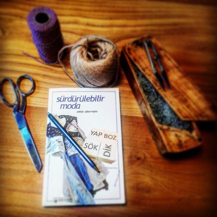 """Sürdürülebilir Tekstil hakkındaki sınırlı kaynaklardan biri olan Şölen Kipöz ün Sürdürülebilir Moda isimli kitabı yazarın Etik bir modadan söz edilebilir mi? sorusundan yola çıkarak başlayan tasarım ve paylaşım serüvenini anlatıyor. Kitap hakkinda ayrintili bilgiye blog'dan ulasabilirsiniz yesilyama.com --- There are not so many sources about sustainable textile in turkish unfortunately. """"Sustainable Fashion"""" book by Solen Kipoz is one of these sources which asks """"Is ethical fashion…"""