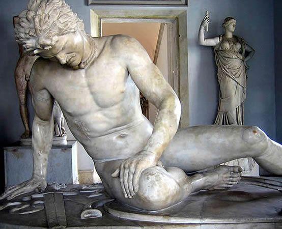 UMIERAJĄCY GAL  Ok. 230 pne król Pergamonu Attalus I ufundował brązową grupę rzeźbiarską dla upamiętnienia zwycięstwa nad Galami. Odsłonięto ją w 228 pne. Zachowały się z niej marmurowe kopie dwóch rzeźb przedstawiające umierającego Gala i Gala zabijającego żonę i popełniającego samobójstwo. W pergamonie zachowały się jedynie ślady cokołu pomnika na dziedzicy świątyni Ateny Nikeforos. Prawdopodobnym autorem dzieła jest Epigonos, czołowa postać rzeźbiarskiej szkoły pergamońskiej w III w. pne.
