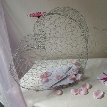Décoration de mariage sur le thème nature : Urne coeur en grillage