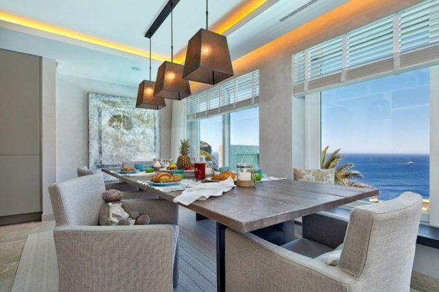 salle à manger avec suspensions et corniche lumineuse LED