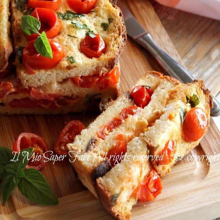 Torta pane stracchino e pomodorini ricetta facile e gustosa con pane secco. Fette di pane raffermo condite con pomodori e stracchino,il tutto cotto in forno