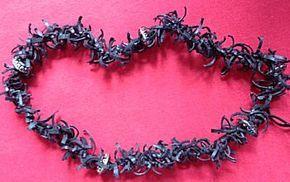 Uit het thema fietsbanden het knutselwerkje: Halsketting van fietsbanden