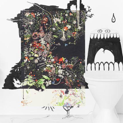 Plakat med farvestrålende blomster, grønne blade, græs og frugt, spredt ud over en sort baggrund. Ved siden af plakaten ses et toilet, hvor der er tegnet øjne og en stor, åben mund på cisternen.