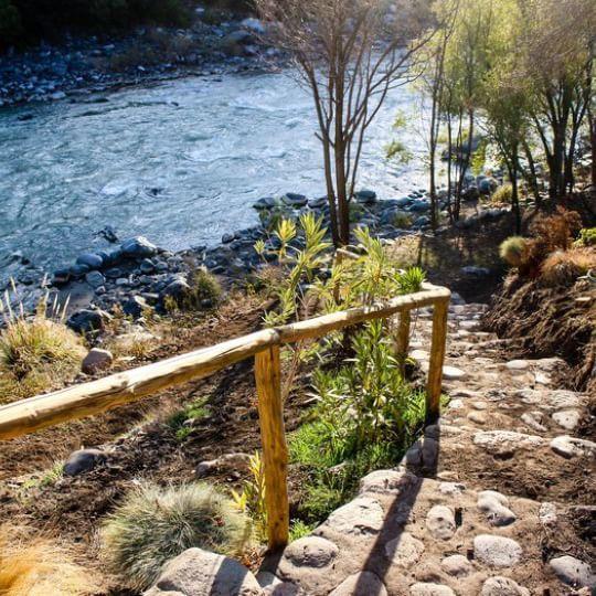 Tenemos senderos delimitados por lo cuales puedes acceder a la ribera del río Maipo.