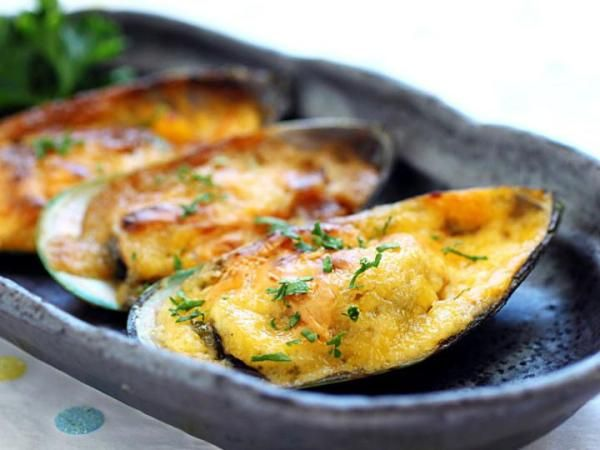 Cheese-mayo baked mussels recipe. 12 green mussels  6 tablespoons mayonnaise  1/2 teaspoon lime juice  1/2 teaspoon chili sauce  1 teaspoon sugar  ½ teaspoon finely chopped parsley  Some shredded cheese