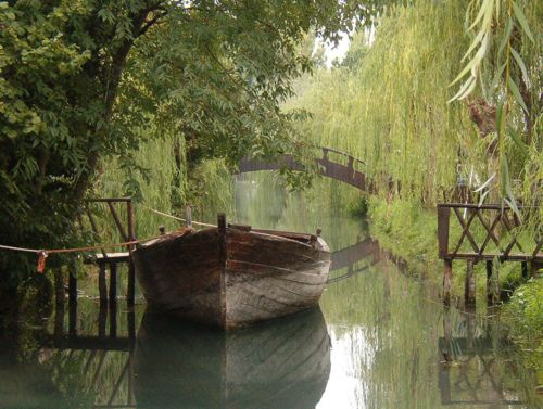 Weeping Willow canal, Clitunno, Italy #wamlikes: Water, Wooden Boats, Weeping Willow, Peace, Trees, Places, Desktop Wallpapers, Rivers, Photo