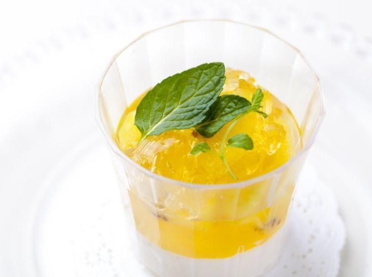 白ぶどうと香草のヴェリーヌ - 拳杉 槙一シェフのレシピ。ブラマンジェは一度裏ごしする事で、ゼラチンがダマにならなくなります。 ※調理時間は、冷蔵庫で休ませる時間を除きます。
