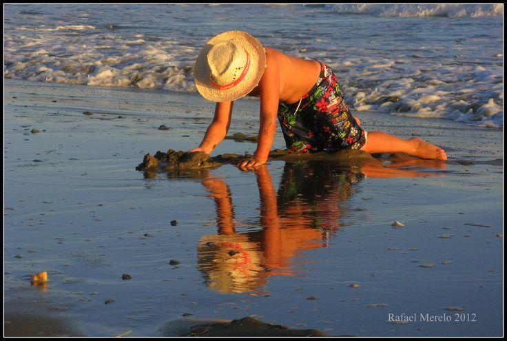 https://flic.kr/p/DQ7QTa | Reflejos infantiles | Mi hijo, jugando con la marea baja en la Playa de la Residencia de Tiempo Libre de Marbella