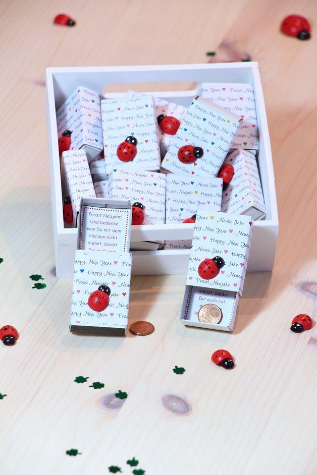 Die kleine Glücks-Schachtel ist ein tolles Give-away für ihre Gäste bei der Silvesterparty ... so fängt das neue Jahr gleich richtig gut an. Jede Schachtel enthält einen individuellen Text zum...