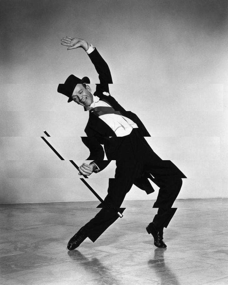 Битое отражение усиливает динамику танца.