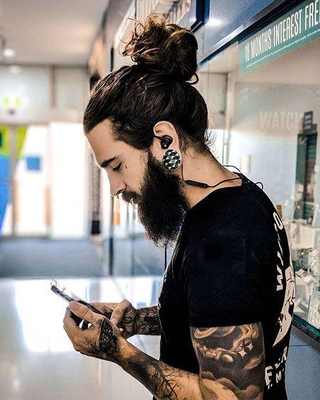 18 Mann mit langen Haaren und Bart