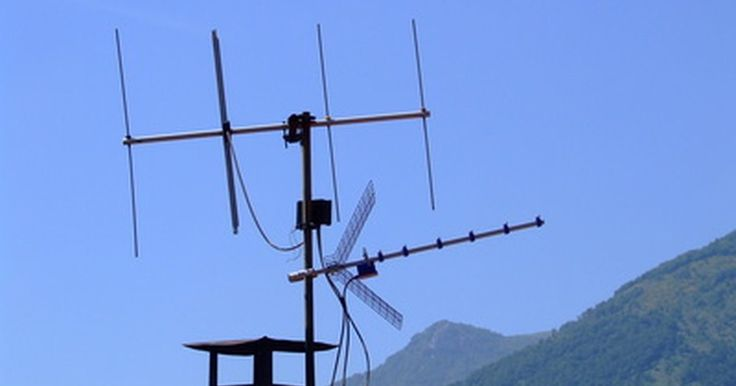 Cómo construir una antena de TV VHF UHF. Una antena VHF UHF es una antena que se instala fuera de tu casa o en el interior y va conectada a tu televisor mediante un convertidor de señal digital. Ésta te permite recoger y visualizar gratuitamente todos los canales de aire. Para tener una buena señal es mejor montarla en el exterior, pero también se puede utilizar en interiores si se ...