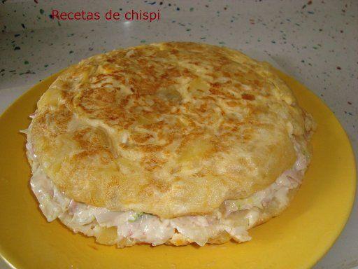 tortillan rellena con  rellena de jamon, lechuga, tomate , atun y mahonesa