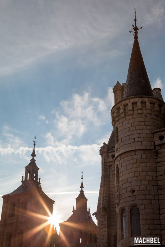 Atardecer sobre las torres del palacio Palacio Episcopal de Astorga construido por Gaudí Castilla y León by machbel