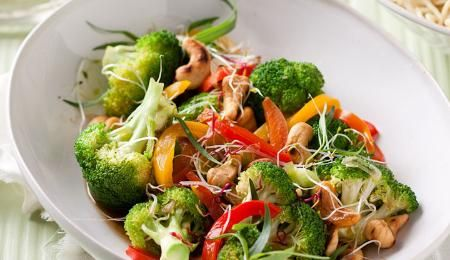 Broccoli and cashew nut stir-fry. A quick and healthy vegetarian meal ...