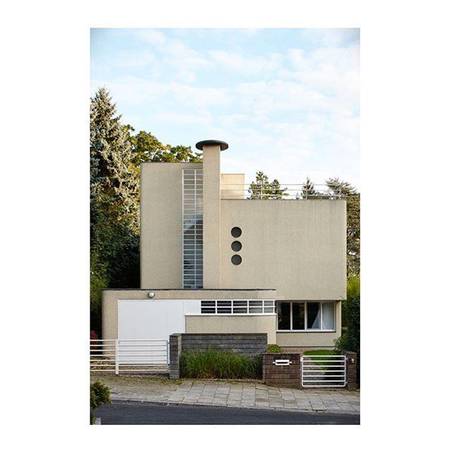 •• on the blog | the poetry of villa berteaux (link in profile) •• #louishermandekoninck #architecture #brussels #modernistarchitecture #architect #belgianarchitecture #iconichouses (pic @dennis.de.smet)