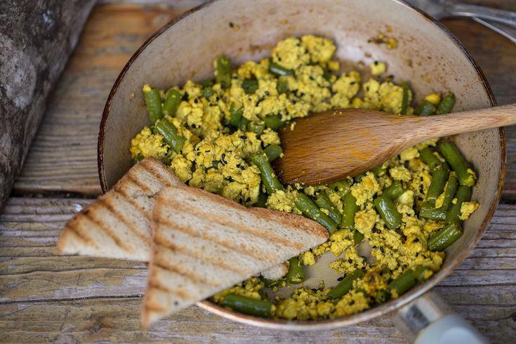 Segnatevi questa ricetta super veloce: il tofu strapazzato con fagiolini e sesamo nero, una ricetta rapida, pratica e gustosissima!