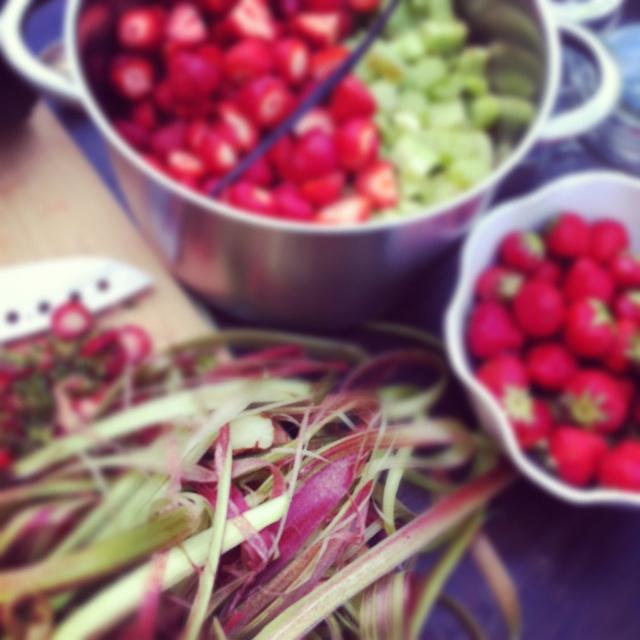 Sommarens godaste marmelad: 2,5 askar jordgubbar, 8-9 stjälkar rabarber, vaniljstång, mortlad kardemumma, 1 pkt syltsocker