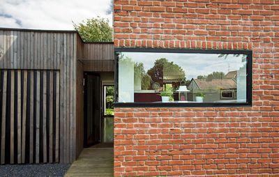 une fa ade de maison lilloise en brique avec une ouverture contemporaine en alu noir plus de. Black Bedroom Furniture Sets. Home Design Ideas
