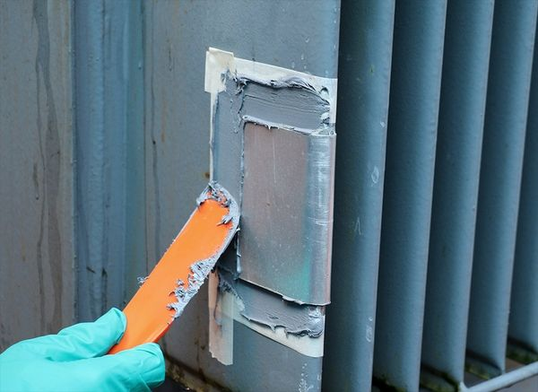Sistem compozit multifunctional pentru reparatii de urgenta pe metal, tolerant suprafete contaminate cu uleiuri, suprafete umede sau subactvatice.