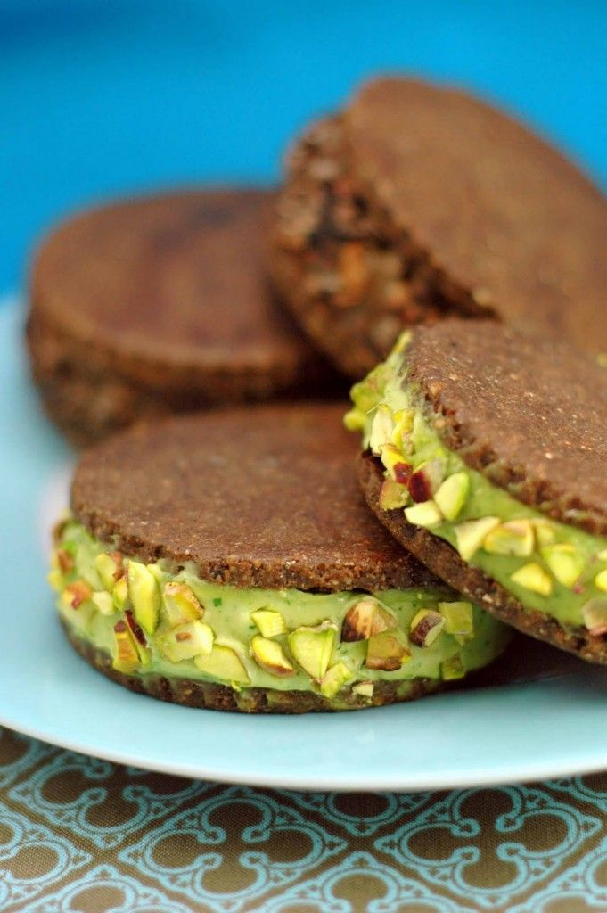 Raw Ice Cream Sandwiches Cookies. These have avocado in filling. Hmm.... Interesting.